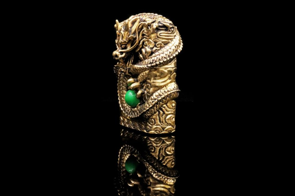 Bật lửa Zippo chính hãng đúc nguyên khối rồng vàng cuốn quanh ngọc bích