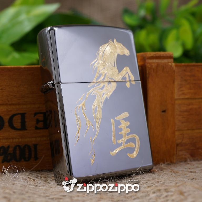 Zippo Đen Bóng Khắc Mạ Vàng Hình Ngựa