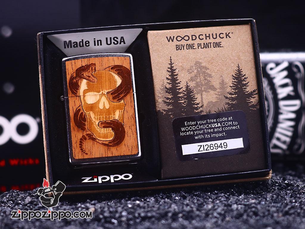Zippo mạ Chrome in hình rắn và Skull trên nền gỗ