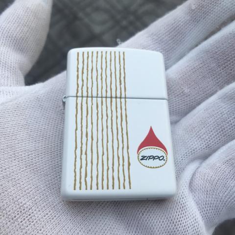Zippo màu trắng sọc đỏ sản xuất năm 2011 (cái)